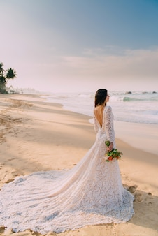 Portrait de mariée en pleine croissance sur la plage tropicale