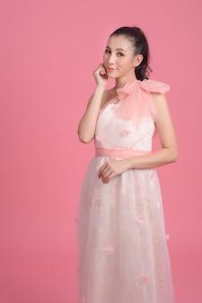 Portrait de mariée portant une robe de mariée rose.