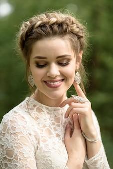 Portrait de mariée souriante