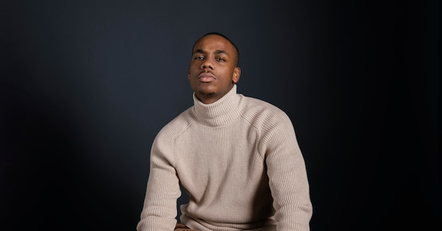 Portrait masculin avec chemisier blanc