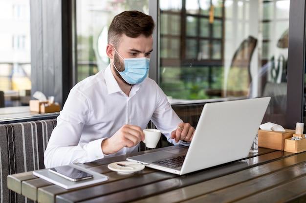 Portrait masculin avec masque de travail