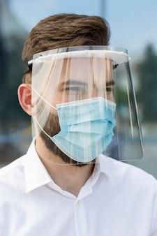 Portrait masculin portant un masque