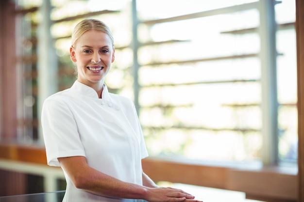 Portrait de masseuse souriante