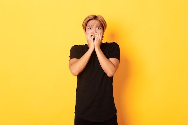 Portrait de mec blond asiatique en insécurité peur