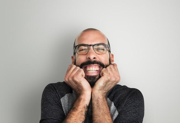 Portrait de mec décalé avec barbe
