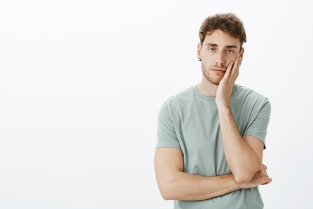Portrait d'un mec décontracté posant dans le studio