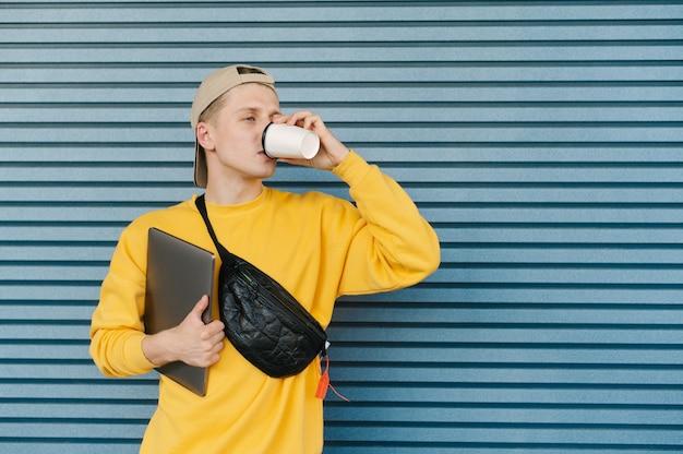 Portrait d'un mec élégant en tenue de rue