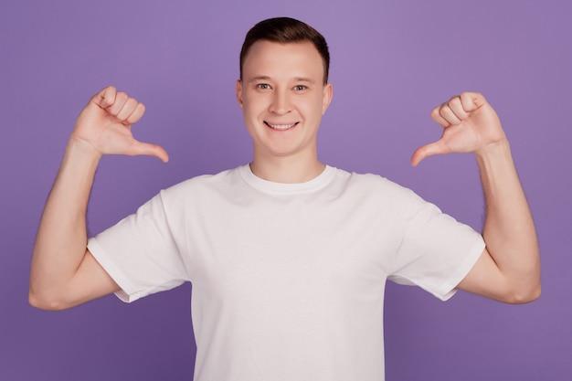 Portrait d'un mec narcissique égocentrique se dirige lui-même sur fond violet