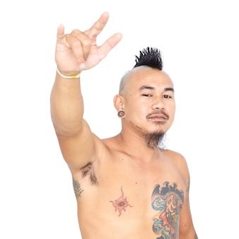 Portrait de mec punk asiatique avec style de cheveux mohawk
