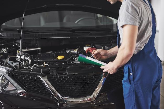 Portrait d'un mécanicien au travail dans son garage