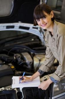 Portrait de mécanicienne préparer une liste de contrôle