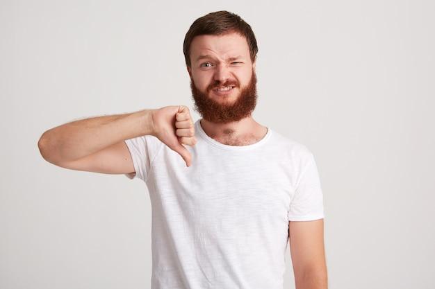 Portrait de mécontent malheureux jeune homme barbu