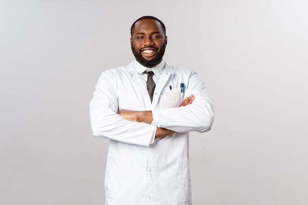 Portrait médecin afro-américain en uniforme blanc.