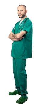Portrait d'un médecin avec une barbe et un uniforme vert avec une expression calme et positive.