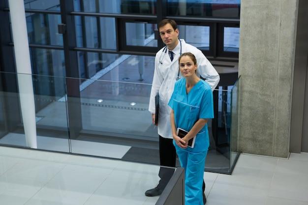 Portrait de médecin et chirurgien debout dans le couloir