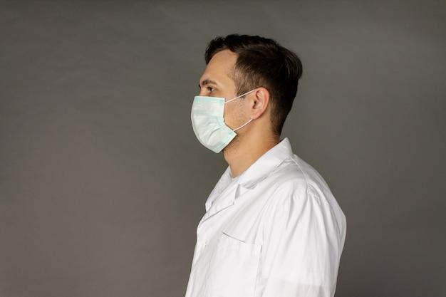 Portrait d'un médecin dans une blouse médicale et un masque de protection pour protéger contre le coronavirus
