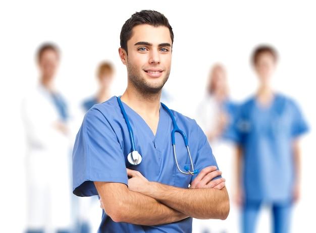 Portrait d'un médecin devant son équipe médicale