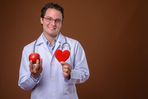 Portrait de médecin italien contre mur marron