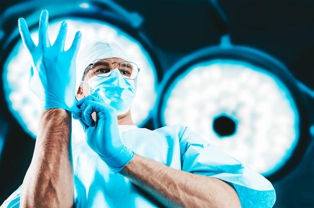 Portrait d'un médecin sur les lampes chirurgicales
