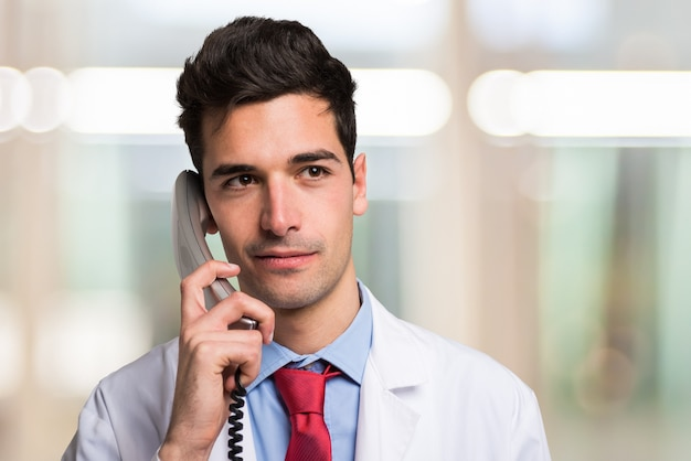 Portrait d'un médecin parlant au téléphone