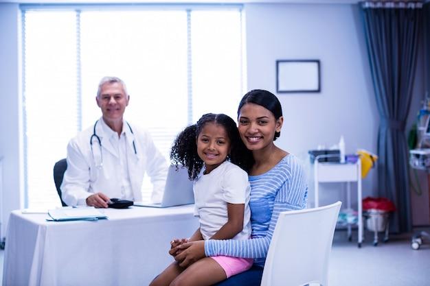 Portrait de médecin et patient souriant