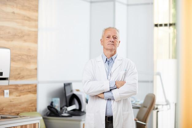 Portrait d'un médecin senior en clinique