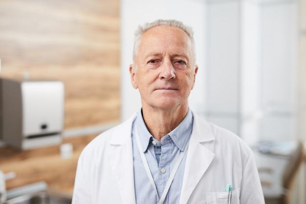 Portrait d'un médecin senior