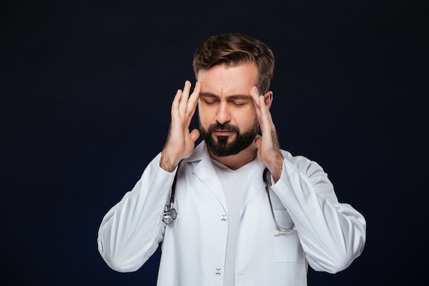 Portrait d'un médecin de sexe masculin fatigué
