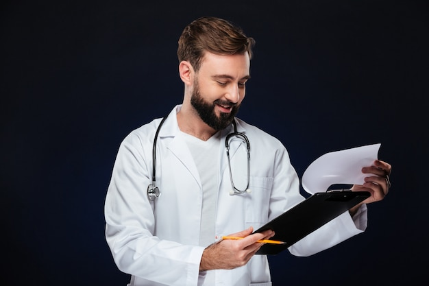 Portrait d'un médecin de sexe masculin gai