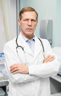 Portrait de médecin de sexe masculin à l'hôpital