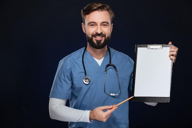 Portrait d'un médecin de sexe masculin souriant