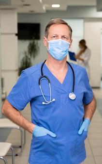 Portrait de médecin de sexe masculin