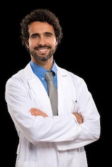 Portrait d'un médecin souriant. isolé sur fond noir