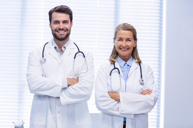 Portrait, médecins, debout, bras, traversé