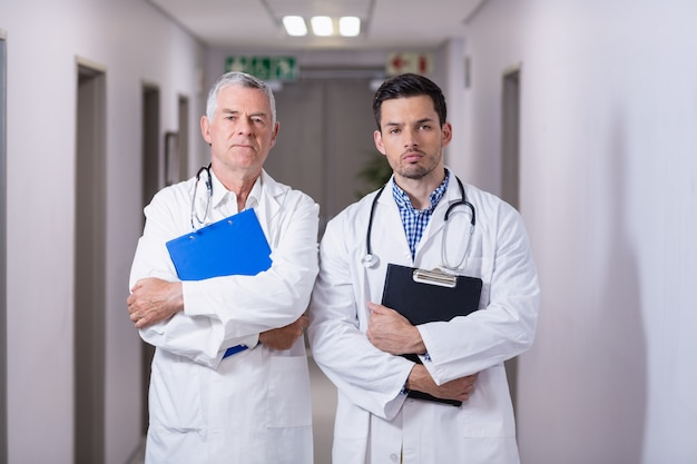 Portrait, médecins, debout, presse-papiers