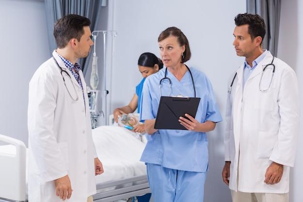Portrait de médecins et d'infirmières discutant du rapport médical