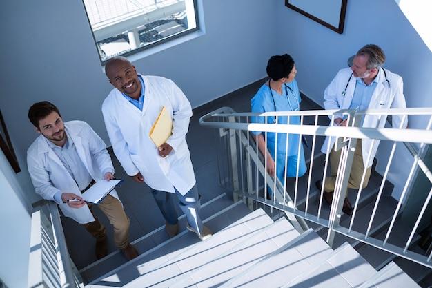 Portrait de médecins interagissant entre eux lors de la montée des escaliers