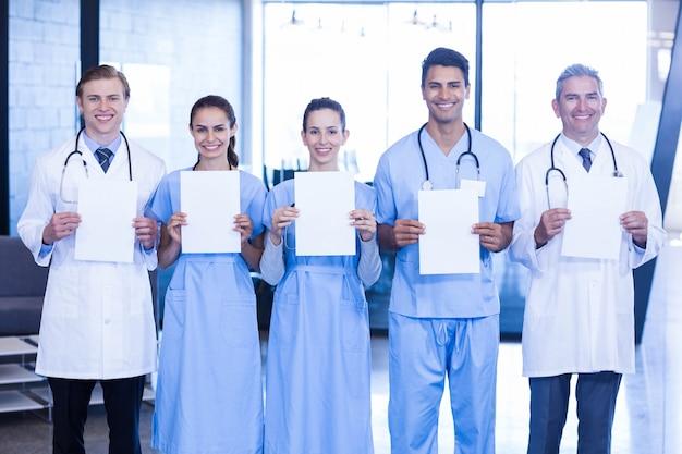 Portrait de médecins montrant des rapports médicaux à l'hôpital