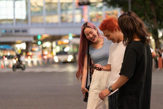 Portrait des meilleurs amis japonais en milieu urbain