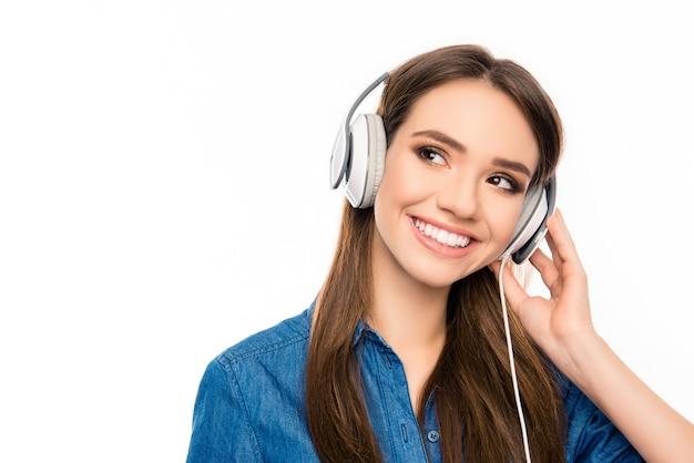 Portrait de mélomane heureux, écouter de la musique au casque