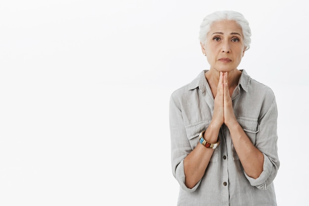 Portrait de mendicité vieille dame à la sombre, besoin d'aide