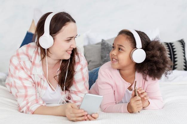 Portrait de mère écoutant de la musique avec sa fille