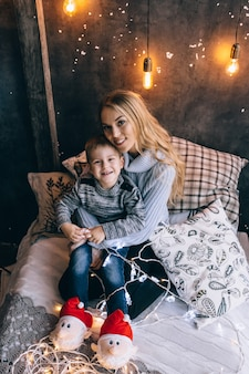 Portrait de mère et enfant dans la chambre
