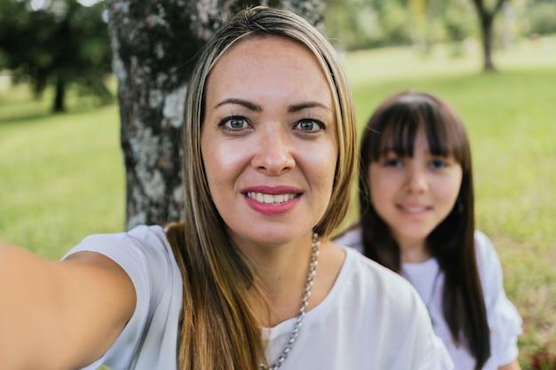 Portrait De Mère Et Fille Latina Dans Un Jardin Photo Premium