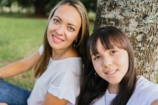 Portrait de mère et fille latina dans le parc.