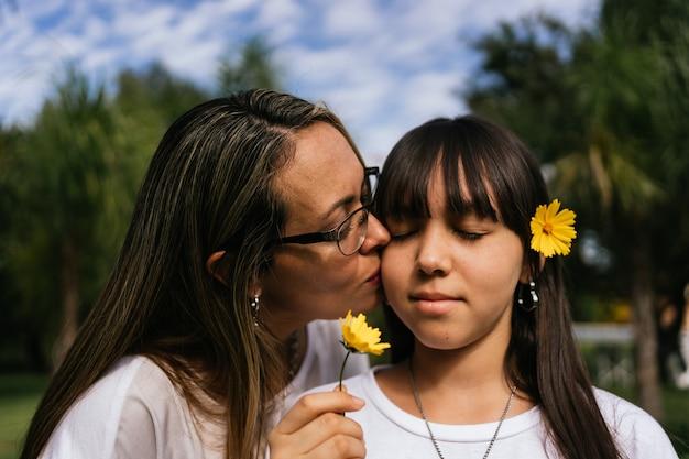 Portrait de mère et fille latina s'embrassant