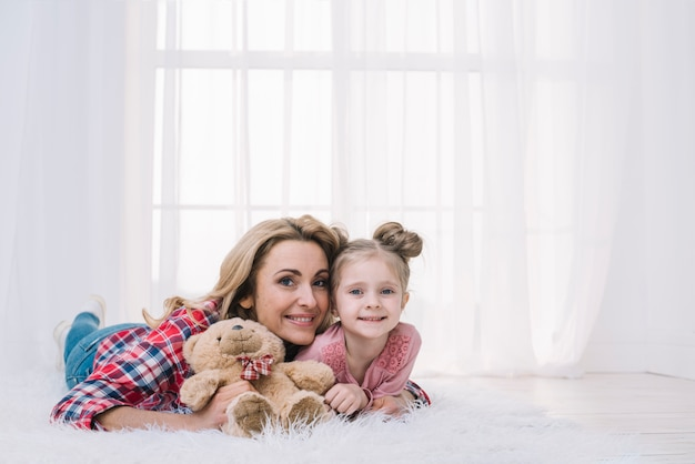 Portrait, de, mère fille, mensonge, sur, fourrure, tenue, nounours