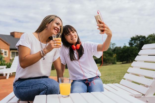 Portrait de mère et fille profitant de la journée et prenant un selfie
