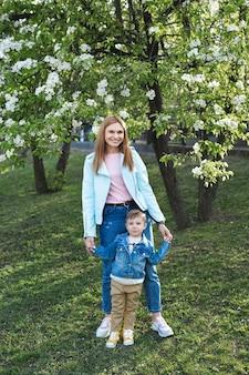 Portrait de mère et fils dans le parc au printemps