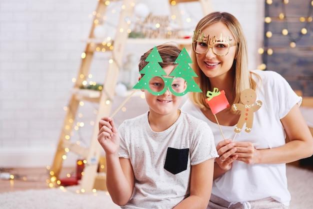 Portrait de mère et fils avec masque de noël